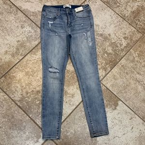 NWT lightly distressed Mudd jeans